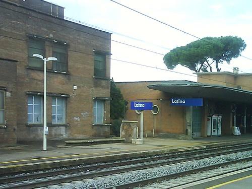 latina stazione treni foto